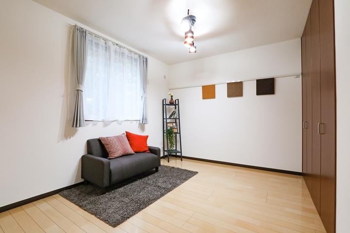 ホームステージングで大型家具は合わせやすい色にする